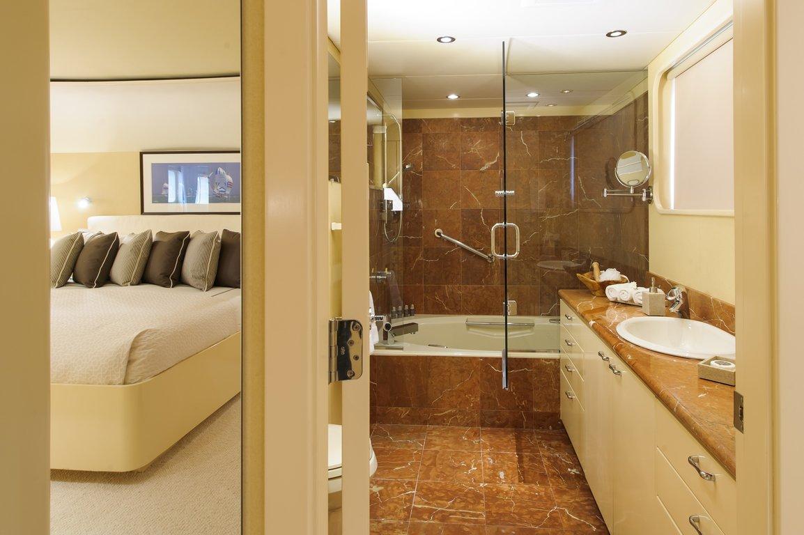 une double salle de bain en marbre rose - Salle De Bain Marbre Rose